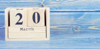 Foto do vintage, o 20 de março Data do 20 de março no calendário de madeira do cubo Fotos de Stock Royalty Free