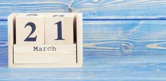 Foto do vintage, o 21 de março Data do 21 de março no calendário de madeira do cubo Fotos de Stock