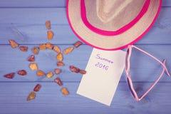 Foto do vintage, pedras ambarinas na forma do sol e acessórios para férias, horas de verão Imagem de Stock
