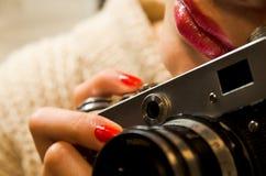 Foto do who& bonito x27 da menina; s que guarda uma câmera do vintage Imagem de Stock