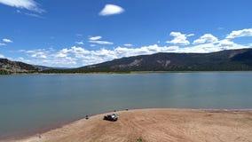 Foto do zangão de um lago e de uma praia da montanha de Colorado imagens de stock royalty free