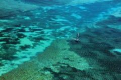 Foto do zangão de um veleiro nos recifes rasos de Florida imagem de stock