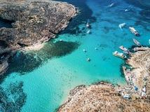 Foto do zangão - a lagoa azul bonita da ilha de Comino malta fotografia de stock royalty free
