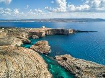 Foto do zangão - a lagoa azul bonita da ilha de Comino malta fotos de stock royalty free