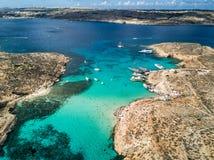 Foto do zangão - a lagoa azul bonita da ilha de Comino malta imagens de stock