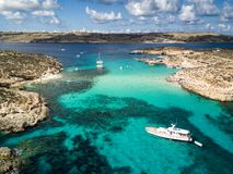 Foto do zangão - a lagoa azul bonita da ilha de Comino malta imagens de stock royalty free