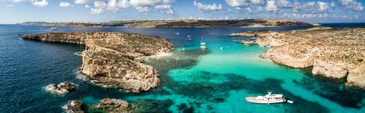 Foto do zangão - a lagoa azul bonita da ilha de Comino malta imagem de stock