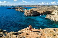 Foto do zangão - a lagoa azul bonita da ilha de Comino malta imagem de stock royalty free