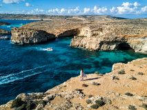Foto do zangão - a lagoa azul bonita da ilha de Comino malta fotografia de stock