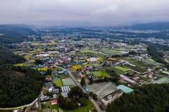 Foto do zangão - montanhas, campos, e vilas do Gunma rural japão fotos de stock