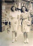 Foto/dos mujeres jovenes de la vendimia Foto de archivo libre de regalías