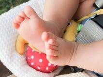 Foto dos pés do bebê no carrinho de criança Foto de Stock