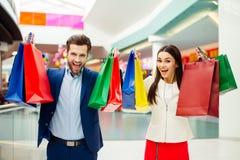 Foto dos pares bonitos novos felizes bem sucedidos à moda alegres r Imagem de Stock