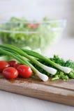 A foto dos vegetarianos na placa de corte Imagens de Stock