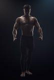 Foto drammatica di concetto di giovane uomo sicuro di forma fisica Fotografia Stock Libera da Diritti
