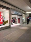 Foto editorial da loja do forever 21 em uma alameda vazia As alamedas esforçaram-se com os varejistas em linha imagens de stock royalty free