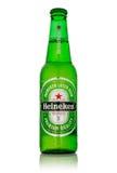 Foto editorial de la cerveza de Heineken aislada en blanco Trayectoria incluida imágenes de archivo libres de regalías