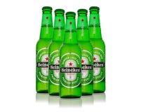 Foto editorial de la cerveza de Heineken aislada en blanco Trayectoria incluida foto de archivo