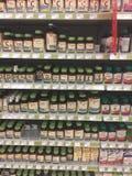 Foto editorial de uma vitamina e de uma exposição do suplemento em uma loja do alimento natural em Canadá foto de stock royalty free