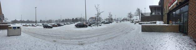 Foto editorial de un estacionamiento muy nevoso en la alameda de compras después de la tormenta de la nieve Imágenes de archivo libres de regalías