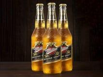 Foto editoriale delle bottiglie di Miller Genue Draft Beer su fondo di legno scuro fotografia stock libera da diritti