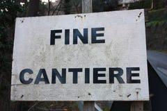 Foto editoriale di un sito della costruzione di strade segnali di pericolo di lavoro in corso cartelli scritti in italiano Messag immagine stock