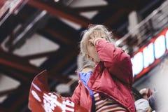 Foto efectuada rubio en el podio en la inscripción de la mejilla ella está triste, su equipo está perdiendo Ella se cerró los ojo foto de archivo libre de regalías