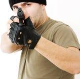 Foto ein junger Mann, der eine Gewehr in der Selbstverteidigung zeichnet Lizenzfreie Stockfotografie