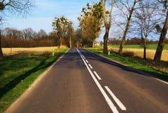 Foto einer Asphaltstraße getan während eines schönen Tages Stockfotos