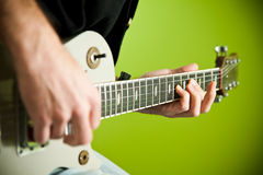 Foto einer elektrischen Gitarre, die gespielt wird. Lizenzfreies Stockbild