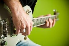 Foto einer elektrischen Gitarre, die gespielt wird. lizenzfreie stockfotografie