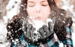 Foto einer jungen Frau im Schnee lizenzfreie stockfotografie