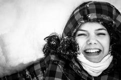 Foto einer jungen Frau im Schnee stockfoto