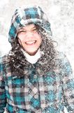 Foto einer jungen Frau im Schnee stockbilder