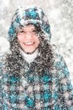Foto einer jungen Frau im Schnee stockbild
