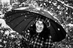 Foto einer jungen Frau im Schnee lizenzfreie stockfotos