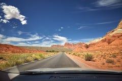 Foto einer Straße genommen vom vorderen Sitz des Autos Stockfotos