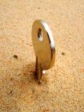 Foto einer Taste im Sand lizenzfreie stockbilder
