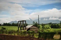 Foto eines Berges, wenig Hütte, Landschaft, Garten im Freien, Bäume, Gras, Blumen für wirtschaftliche Zwecke lizenzfreies stockfoto