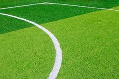 Foto eines grünen synthetischen Grassportfeldes mit der weißen Linie SH Stockfoto