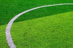 Foto eines grünen synthetischen Grassportfeldes mit der weißen Linie SH Stockfotos