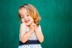 Foto eines kleinen Mädchens im Stil des Stiftes-oben lizenzfreies stockbild