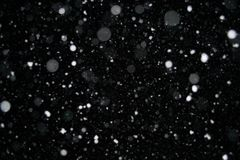 Foto eines Schnees, der nachts, schöner Hintergrund fällt Lizenzfreies Stockbild