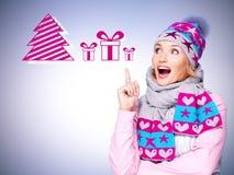 Foto eines Spaßes überraschte Frau mit Illustration von Geschenken Lizenzfreie Stockbilder