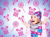 Foto eines Spaßes überraschte Frau mit Illustration von Geschenken Stockfotos