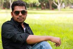 Foto eines stattlichen, stilvollen, beiläufigen u. jungen Inders Lizenzfreie Stockbilder