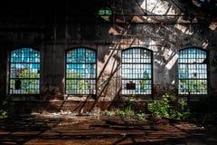 Foto eines verlassenen industriellen Innenraums mit hellem Licht Stockfoto