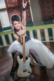 Foto eines weiblichen Gitarristen, der eine E-Gitarre spielt Stockbilder