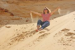 Foto eingelassener Sommer Ein Mädchen in der Wüste lässt das Sand throug lizenzfreie stockfotos