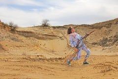 Foto eingelassener Sommer Ein Mädchen in der Wüste spielt einen eingebildeten g stockbilder
